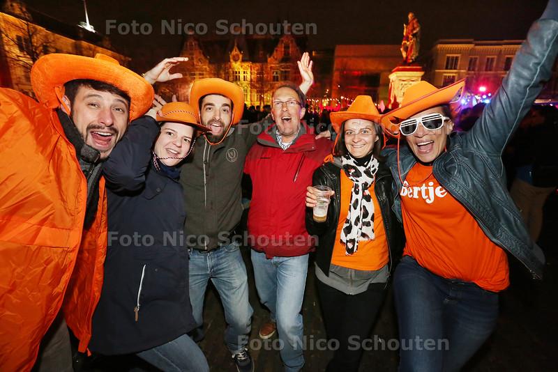 Life a Live - Oranje raakt uit de mode. Eigenlijk alleen buitelnlanders dossen zich nog uit zoals deze franse touristen - DEN HAAG 26 APRIL 2015 - FOTO NICO SCHOUTEN