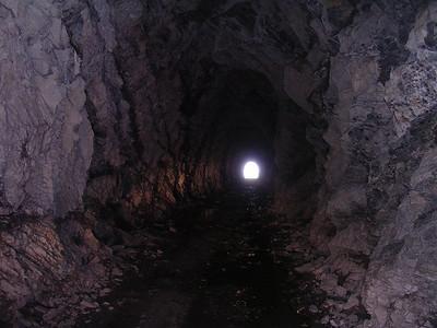 Parpaillontunnel, van origine militair. Geen afwerking tenzij aan de poorten. Geen verlichting. Als je geluk hebt ook geen ijs in het midden...
