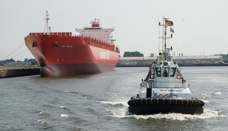 Schlepper vor Containerschiff in Hamburg Schlepper prompt