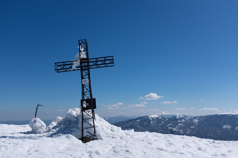 Summit_-_Monte_Ventasso,_Busana,_Reggio_Emilia,_Italy_-_March_19,_2016_01[1].jpg
