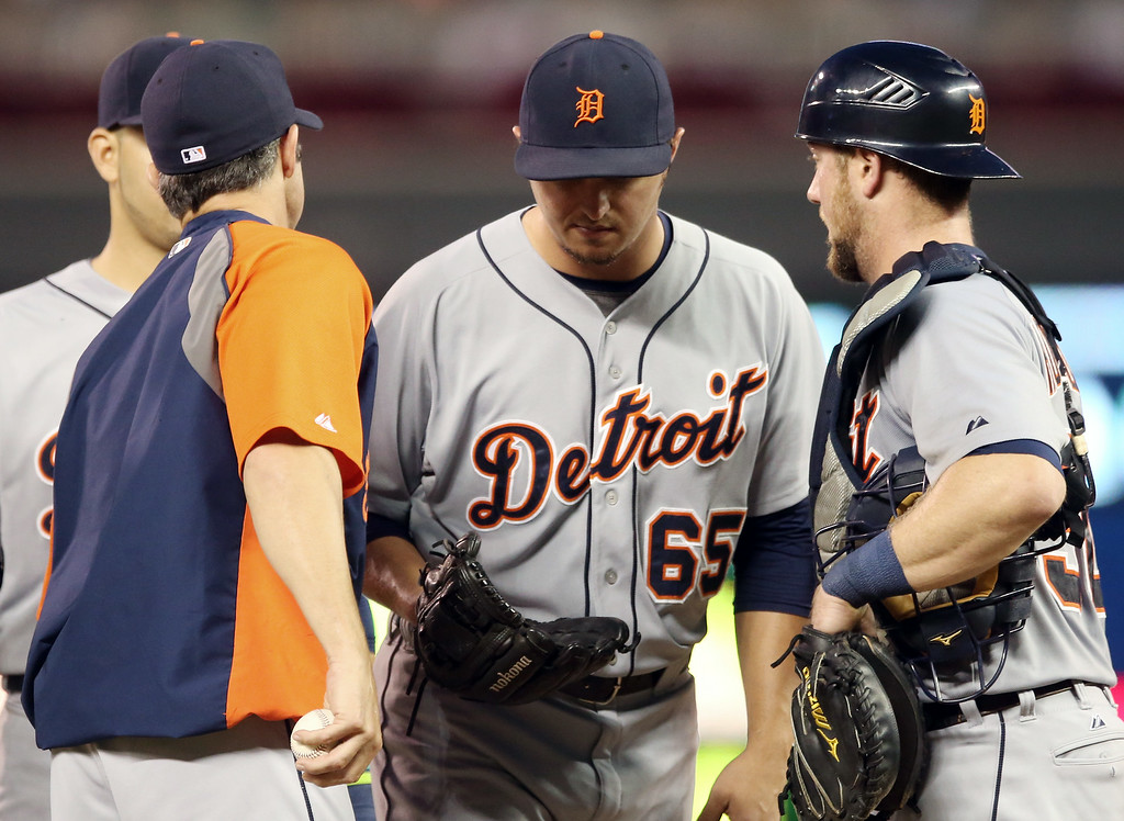 . Detroit Tigers pitcher Blaine Hardy, center, is relieved in the third inning of a baseball game against the Minnesota Twins, Friday, Aug. 22, 2014, in Minneapolis. Hardy replaced starter Robbie Ray in the second. (AP Photo/Jim Mone)