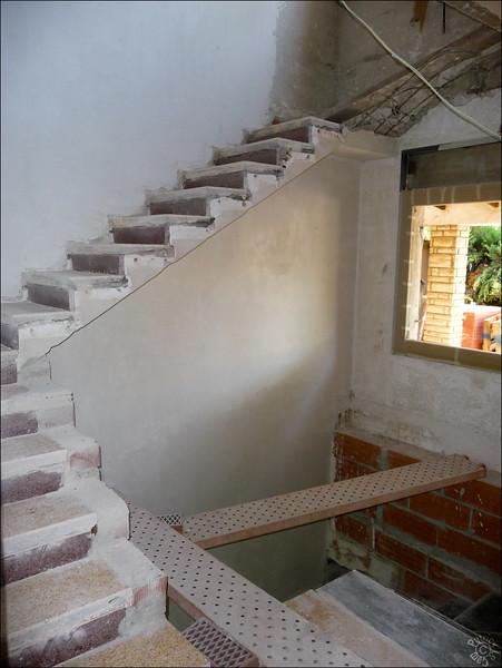 L'ancien escalier est agrandi, la parti du haut est démolie pour la remplacer avec quelques marches en métal (le couloir du haut est reculé pour permettre de passer sans se cogner la tête)