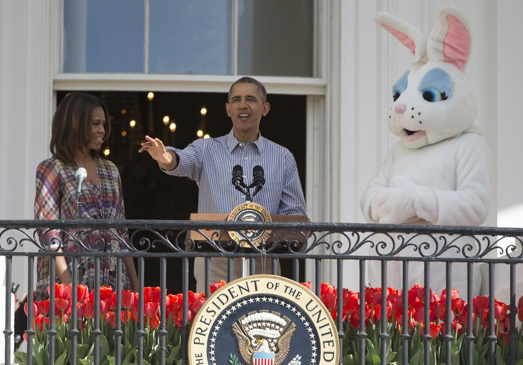 """. <p><b> President Obama and the First Family last week gave a warm White House welcome to this fictional character � </b> <p> A. Easter Bunny <p> B. Santa Claus <p> C. Mr. Bipartisanship <p><b><a href=\'http://www.nydailynews.com/news/politics/obama-lady-hop-healthy-white-house-easter-egg-roll-article-1.1763589\' target=\""""_blank\""""> LINK </a></b> <p>   (AP Photo/Carolyn Kaster)"""