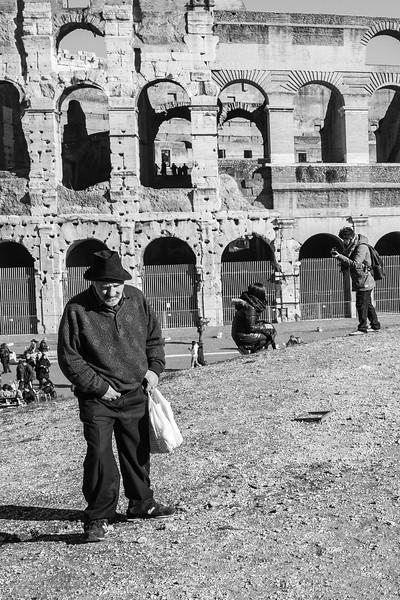 Homeless e turisti - Colosseo