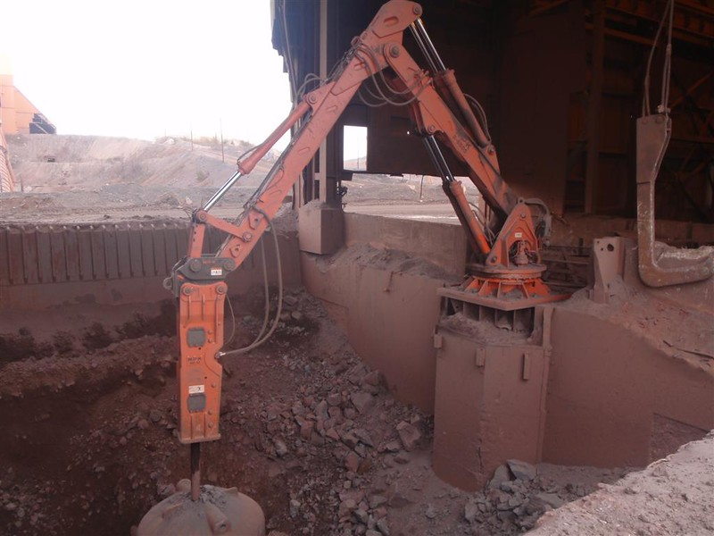NPK B6500 pedestal boom system with GH10 hydraulic hammer-secondary rock breaking (3).JPG