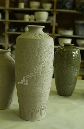 22054 CERAMIC ARTIST WANG FEN WITH STUDENTS