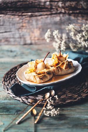 Aumônières de crêpe, poires pochées au Gimber et chocolat