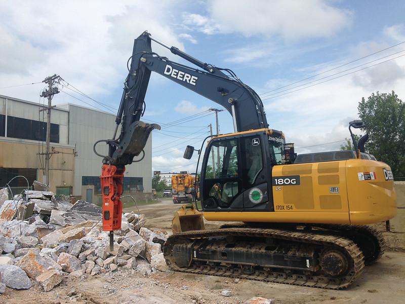 NPK GH7 hydraulic hammer on Deere excavator (7).jpg