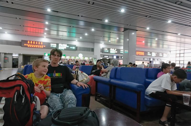 Die Menschenmassen auf dem Bahnhof in Peking waren unglaublich. Sogar im Warteraum für die erste Klasse fanden wir zunächst keinen Platz.