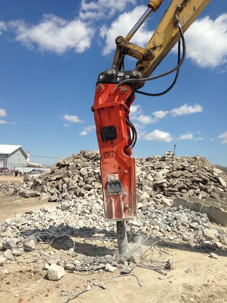 NPK GH15 hydraulic hammer with slab buster tool (3).JPG