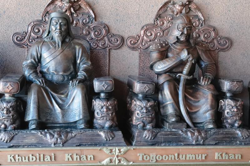 In der Eingangshalle waren die Statuen von vielen mongolischen Königen. Furcterregend.