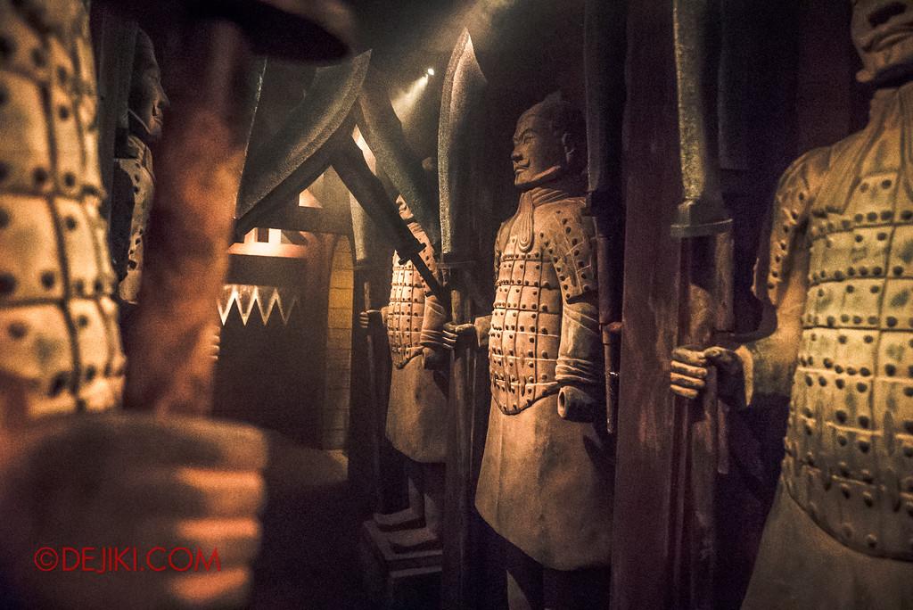Halloween Horror Nights 7 Review - TERROR-Cotta Empress haunted house / Escape