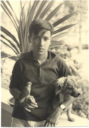 Victor Valente com piriquito do Caiê e cão