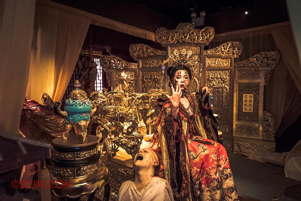 Halloween Horror Nights 7 Review - TERROR-Cotta Empress haunted house / Empress Chamber