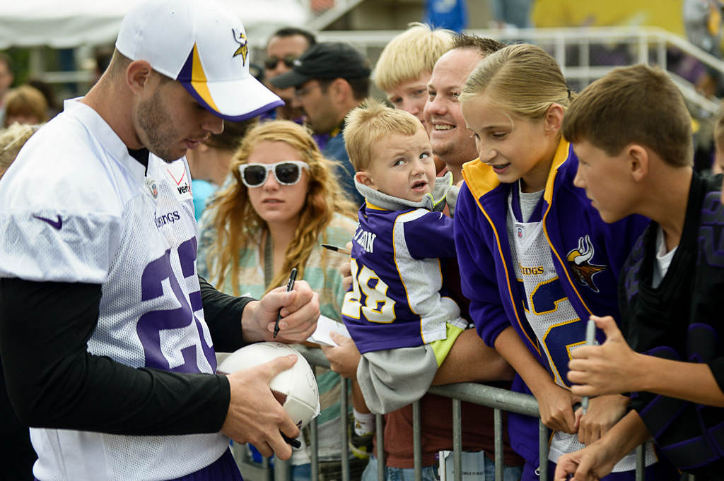 . Free safety Harrison Smith signs autographs for fans. (Pioneer Press: Ben Garvin)