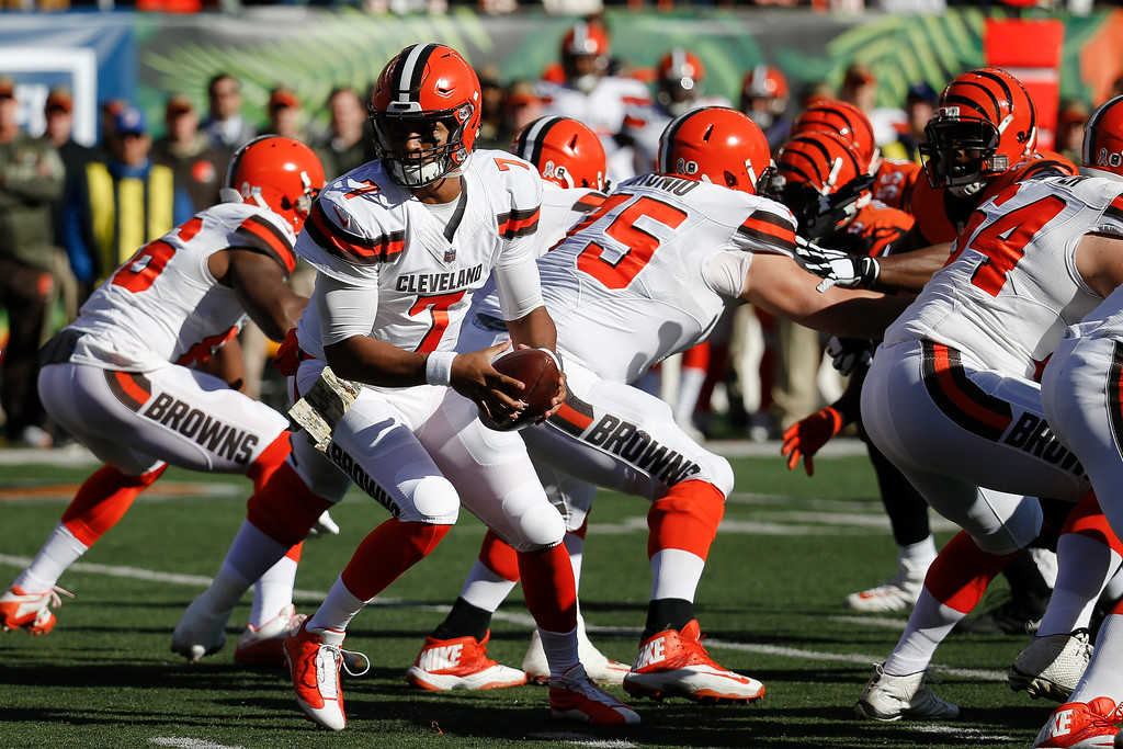 . Cleveland Browns quarterback DeShone Kizer (7) looks to hand off the ball in the first half of an NFL football game against the Cincinnati Bengals, Sunday, Nov. 26, 2017, in Cincinnati. (AP Photo/Frank Victores)