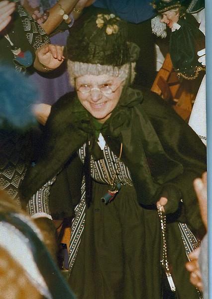 Pronkzitting van de Vrolijke Heikneuters met Mien van de Mollenhut (Gerrie Meeuwsen)
