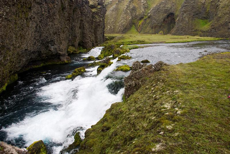 Vaðið yfir Syðri-Ófæru er fyrir ofan þennan foss