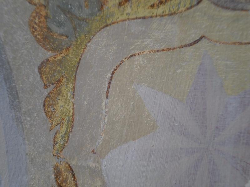 """Freilegungsproblematik; Ziel war, die """"graue Lasur"""" zu halten: im Hintergrund graue Bereiche mit Lösemitteln freigelegt, ockriger Bereich nur mech. freigelegt --> Lösemittel löst vergilbten Bindemittelfilm an Oberflächen ab, bei mech. Trennung bleibt diese erhalten PICT0162"""