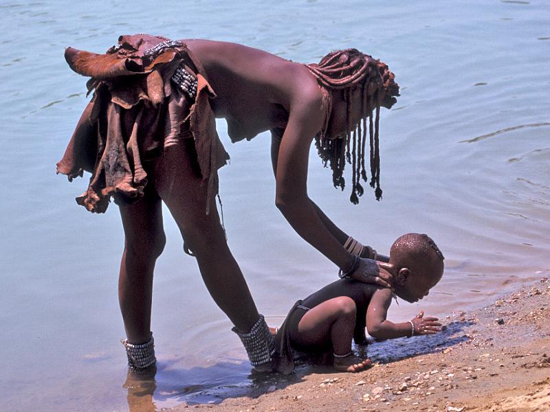 50 הימבה רוחצת תינוק בנחל.jpg