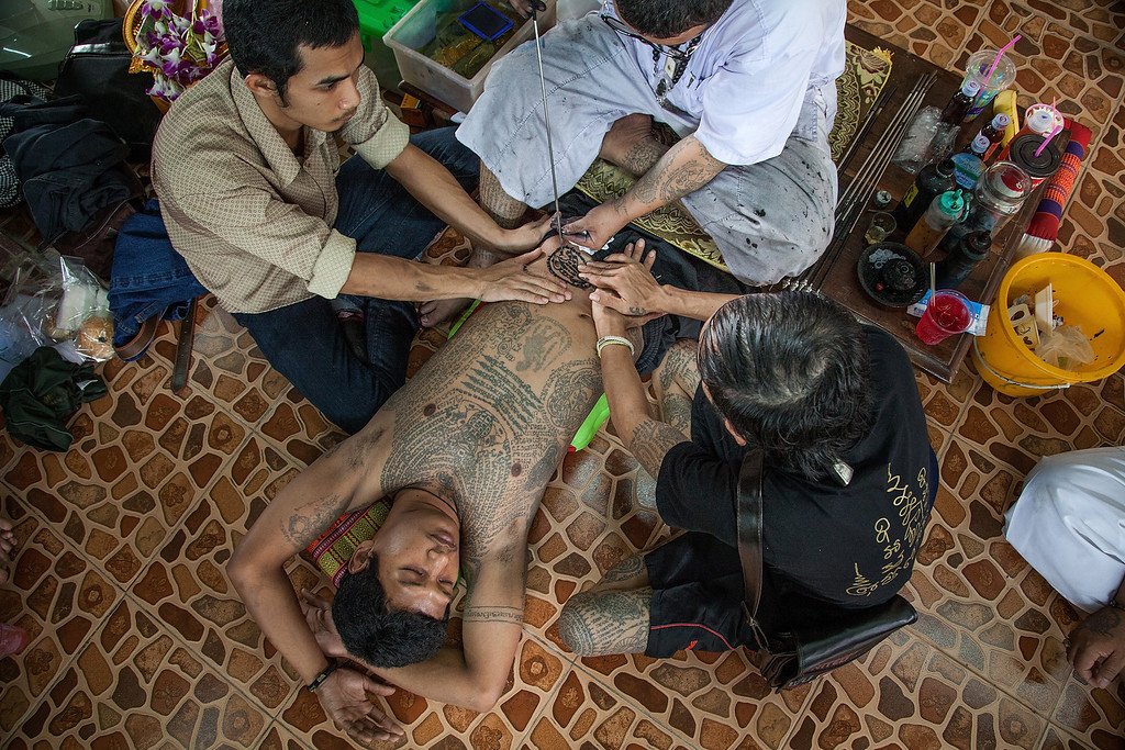. A Thai tattoo monk master carves a tattoo on a devotee\'s belly with a long needle during the celebration of the annual Tattoo festival at Wat Bang Phra on March 15, 2014 in Nakhon Pathom, Thailand.  (Photo by Omar Havana/Getty Images)