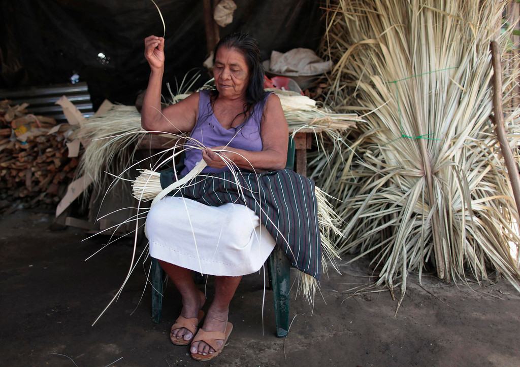 . An indigenous woman weaves homemade hats at the indigenous community of Monimbo in Masaya City, about 24 km (15 miles) south of Managua, April 9, 2013. Indigenous representatives from Bolivia, Chile, Colombia, Ecuador, Guatemala, Honduras, Mexico, Nicaragua, Panama, Peru and Venezuela will analyze the food security of their peoples during the 13th ordinary session of the Indigenous Parliament of America (PIA) held in the city of Managua.  REUTERS/Oswaldo Rivas
