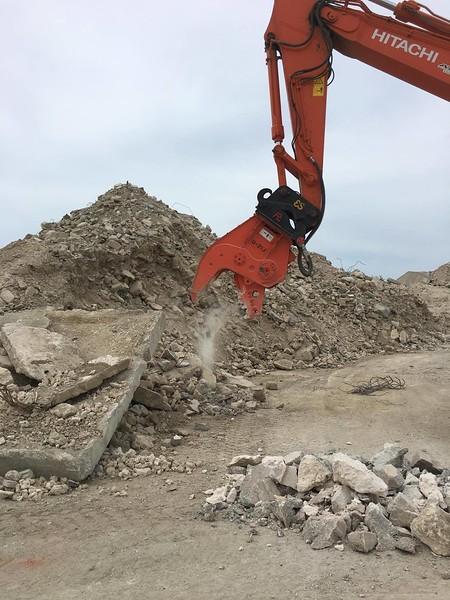 NPK U21J concrete crusher on Hitachi excavator - Aruba 5-17 (1).jpg