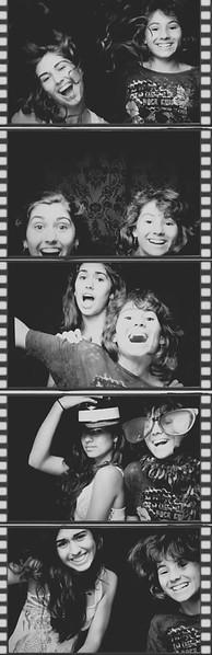 rebeca&vic_photobooth.jpg
