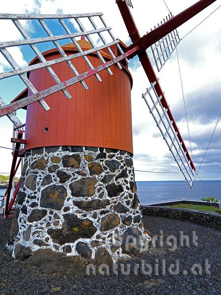 Windmühle, Roter Holzturm auf Stein, Insel Pico, Azoren, Portugal,