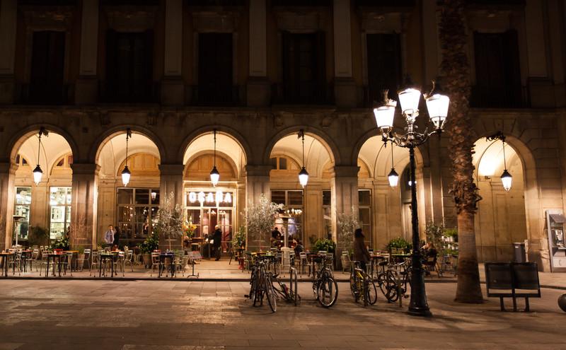 Back in Plaça Reial at night.