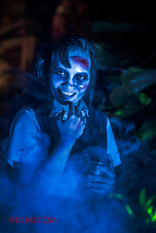 Halloween Horror Nights 6 - Suicide Forest scare zone / Twisted girl