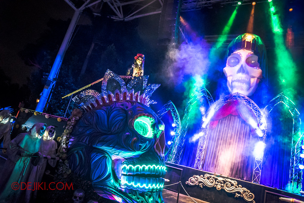 Halloween Horror Nights 6 - March of the Dead / Death March - Lady Death in front of icon stage