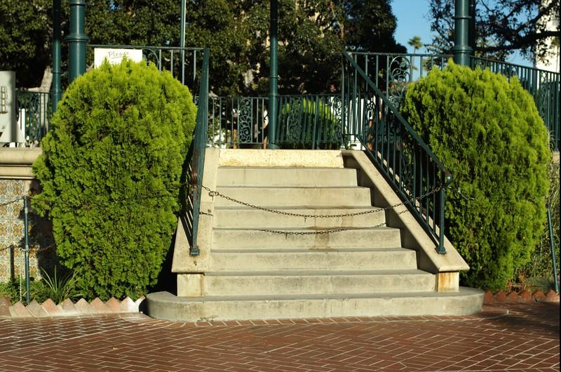 LaPlaza035-ChainedStairs-2006-09-27.jpg