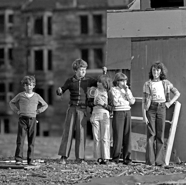 In the evening of Tuesday June 7th 1977 I wandered round Govanhill and took a few shots.  In this first one, I can't remember if I asked them to pose or, as seems more likely, they asked me to take wur photies mister, but either way they seem deeply unimpressed  by the procedure.