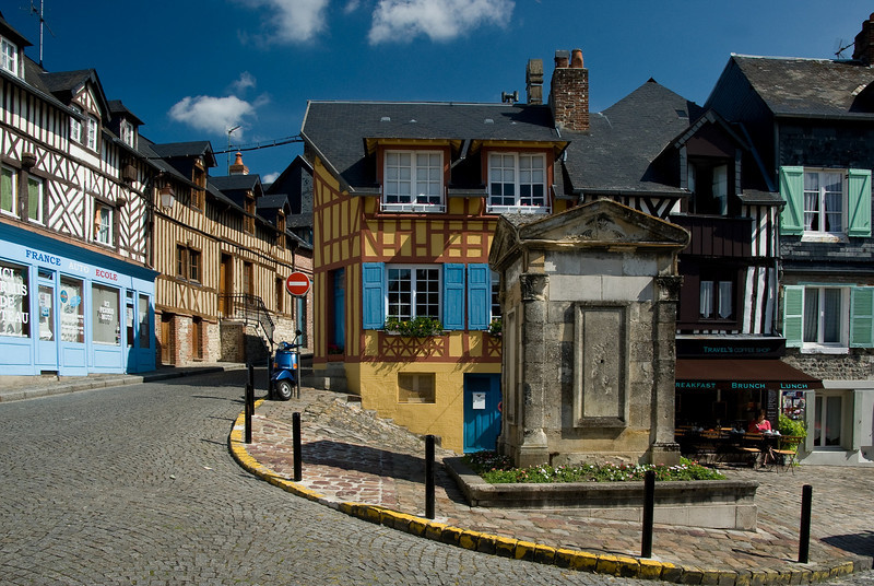La Place des Puits (Square of the old well)