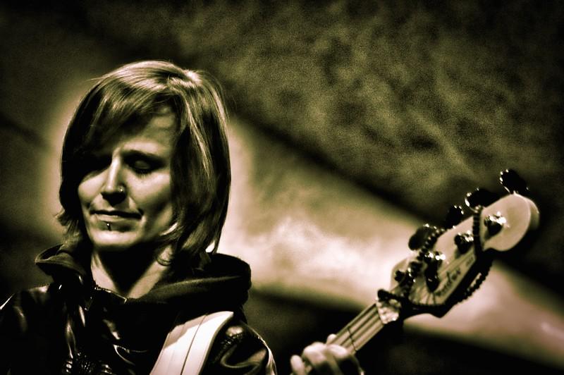Time Connection est fondé à Vevey en 2011 par des musiciens venant de divers horizons. Un premier 4 titres « Night Work » est réalisé fin 2013. Toujours avide de performance live, Time Connection sillonne en ce moment la Suisse pour faire découvrir au plus grand nombre leur univers fait d'amour et d'aluminium!  Écouter les titres : http://mx3.ch/timeconnection  The Narentines sont un power trio féminin de la Tour-de-Peilz et Vevey. Ce groupe est mené par une batteuse vocaliste à la sauce Madchester, une Yougoslave tatouée aux guitares et voix et une bassiste alpine rock'n'roll. Musicalement, leurs compositions allient de l'indie pop-rock au songwriting grunge souvent comparées à L7, Siouxie and the Banshees, Sonic Youth, Warpaint, et même Blondie. Le groupe s'inspire des petites odyssées ordinaires que nous entrepre- nons quotidiennement, mais, il le fait à sa façon et sans compromis.  Clip vidéo : https://www.youtube.com/watch?v=VWpIAMEtrZg  www.thenarentines.com
