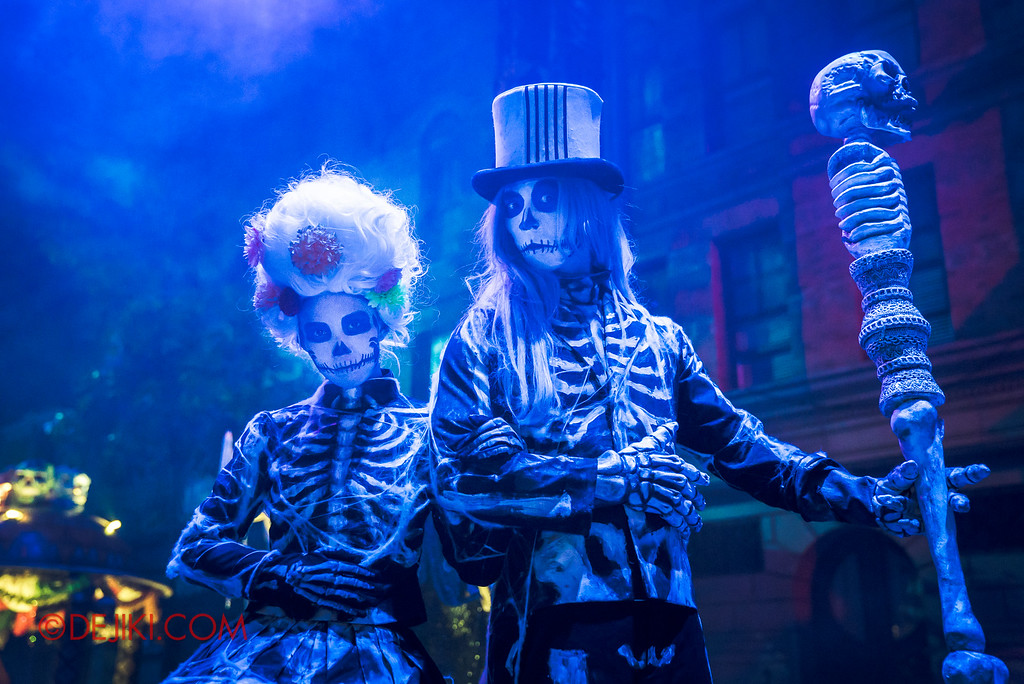Halloween Horror Nights 6 - March of the Dead scare zone / Skeleton stilt walker duo
