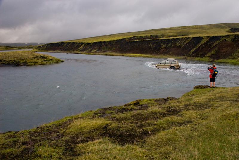Hákon brá á það ráð að ferja okkur yfir Syðri-Ófæru, sem var í ham. Áin flæddi uppá húdd.