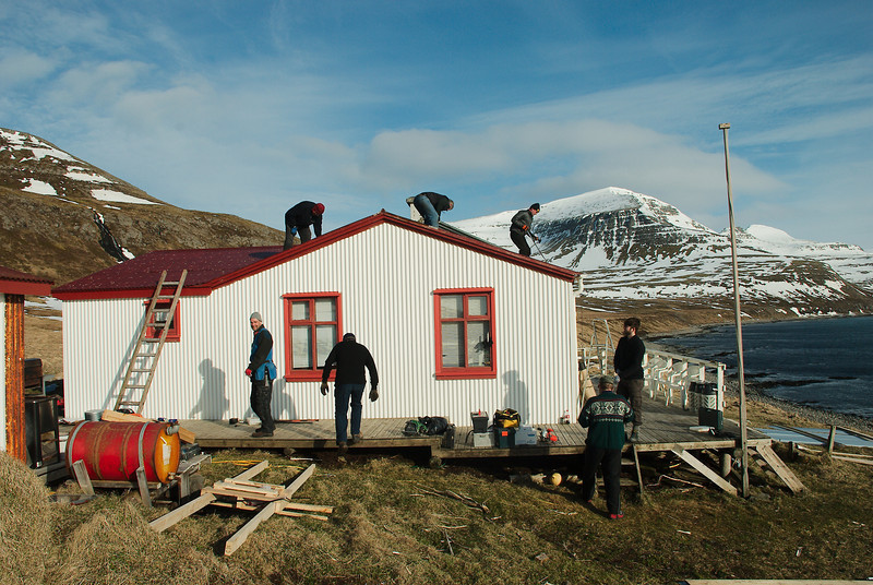 Búið að bera allt upp og vinnan komin á fullt. Stígur, Frímann og Eyþór upp á þaki. Benni, ?, Guðjón og Haraldur Ketill á pallinum.