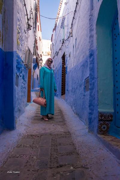 אשה בגלימה כחולה.jpg