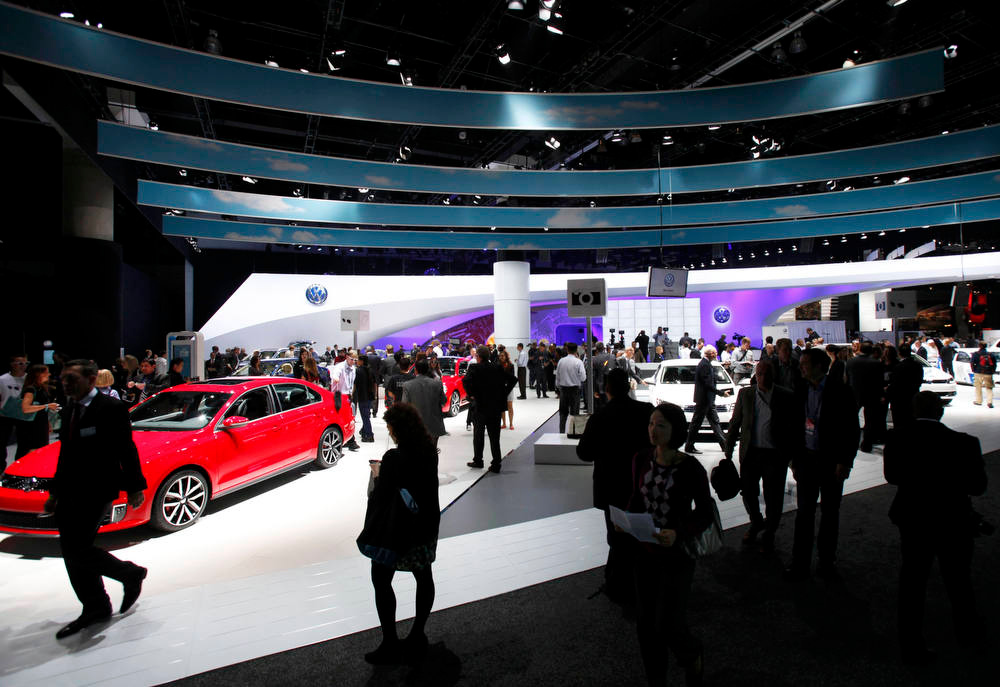 . Reporters and photographers walk through the displays during opening day for Press at the 2012 Los Angeles Auto Show in Los Angeles, California November 28, 2012.   REUTERS/Mario Anzuoni
