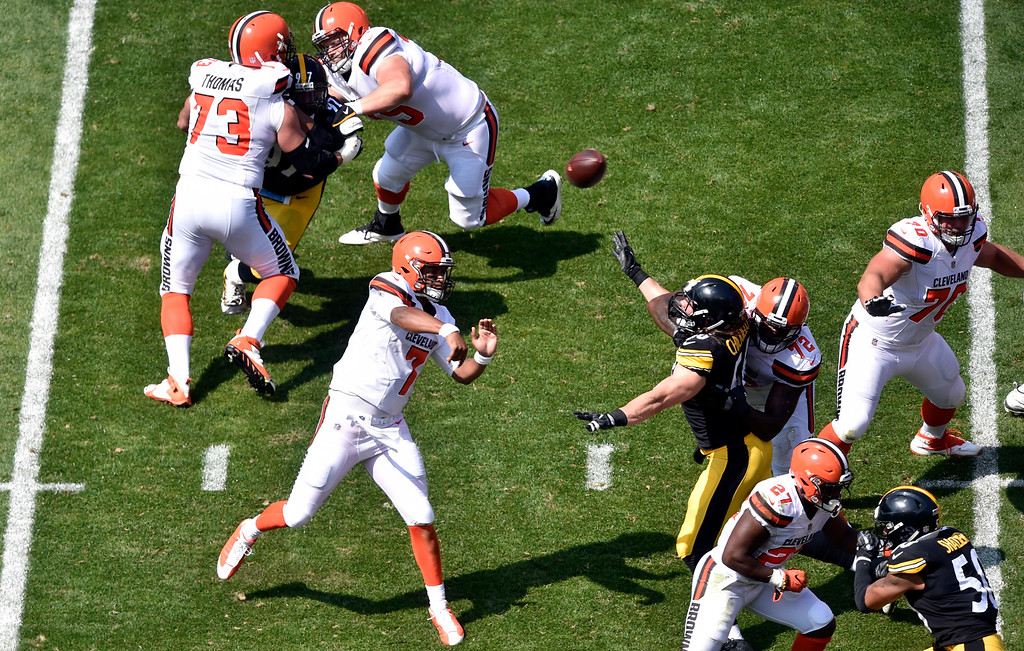 . Cleveland Browns quarterback DeShone Kizer (7) passes against the Pittsburgh Steelers during the first half of an NFL football game, Sunday, Sept. 10, 2017, in Cleveland. (AP Photo/David Richard)
