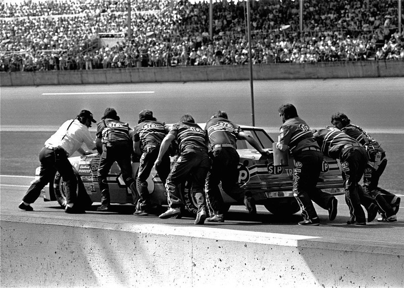 . Richard Petty\'s entire pit crew tries to push-start his STP Pontiac February 17, 1985 on pit road during the running of the Daytona 500 auto race.  The car could not be started and Petty dropped out of the race.  (AP Photo/Chuck Luzier)