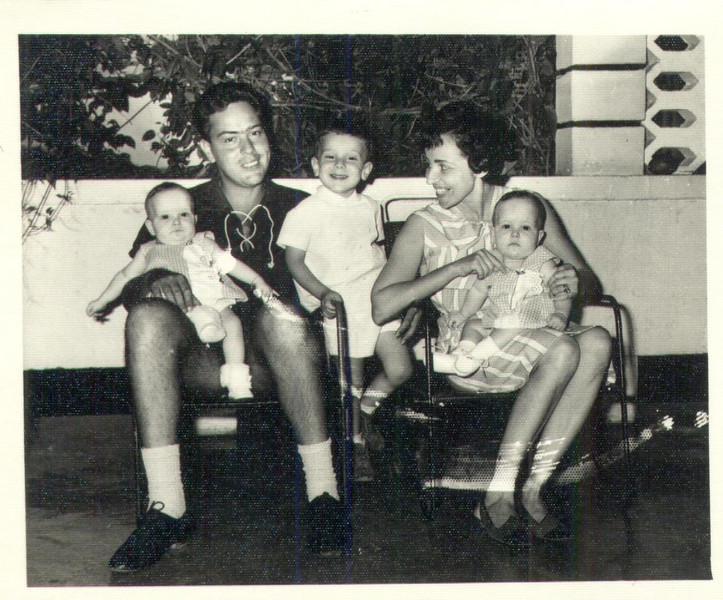 Familia Dias Mendes em 1965 Varanda da K 162 em Andrada Dias Mendes, Lucinda e os filhos Ruth, Carlos e Carla