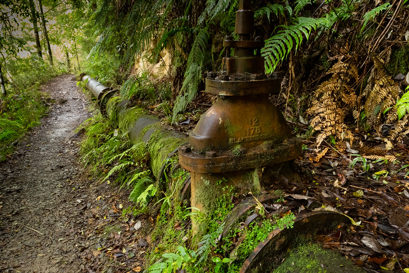 Kilometerlange Rohranlagen am Wegesrand