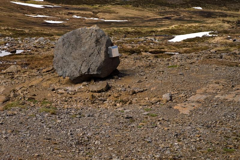 Gestabókin er geymd í kassanum á þessum stein