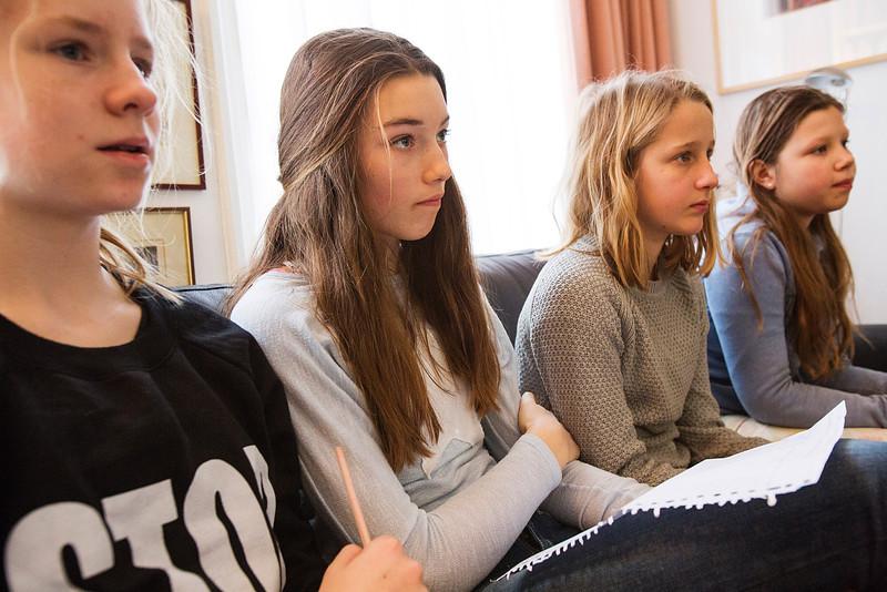 'Oorlog in mijn Buurt' Amsterdam, 29 januari 2015, leerlingen van e ASVO school interviewen  Ilja Veltman over haar vader Harm Veltman, foto: Katrien Mulder