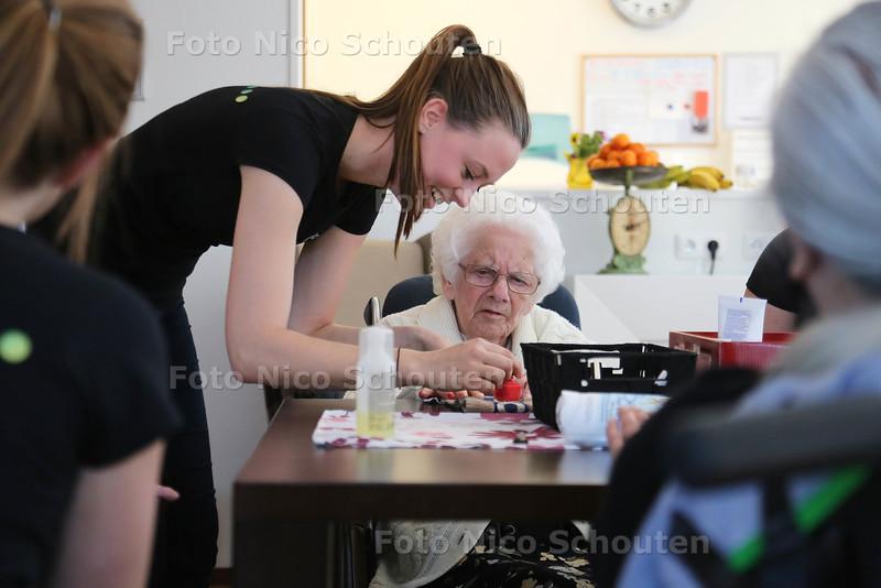 Studenten van het ID College doen vandaag vrijwilligerswerk en geven in het verzorgingshuis Magnolia een speciale beautydag voor ouderen - Nicole Mooyman lakt de nagels van een bewoonster - ZOETERMEER 21 APRIL 2015 - FOTO NICO SCHOUTEN