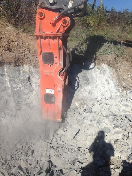 NPK GH15 hydraulic hammer on Deere 350G excavator (29).JPG