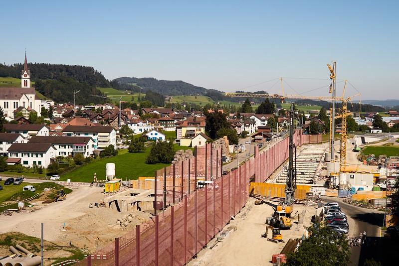 Bütschwil im Zeichen der Kräne. Die Bauarbeiten an der Umfahrung sollen bis 2020 andauern.